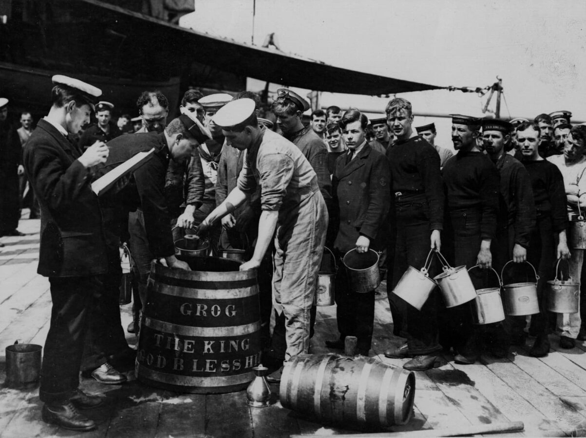 Issuing Grog to British sailors, between 1914 und 1918.